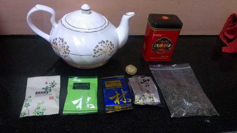 Chinese tea pot, with the varieties of tea laid out